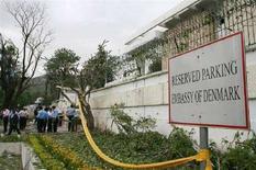 <p>Полиция Пакистана осматривает место взрыва у посольства Дании в Исламабаде, 2 июня 2008 года. По меньшей мере четыре человека погибли и несколько ранены в результате взрыва бомбы, заложенной рядом с посольством Дании в Исламабаде, сообщили официальные лица.REUTERS/Mian Khursheed (PAKISTAN)</p>