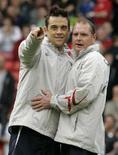 <p>Бывший игрок сборной Англии Пол Гаскойн (справа) и певец Робби Уильямс беседуют во время благотворительного футбольного матча, Манчестер 27 мая 2006 года. Бывший полузащитник сборной Англии Пол Гаскойн в понедельник вышел из больницы, куда он попал уже второй раз за год из-за нарушения общественных норм поведения. (REUTERS/Phil Noble)</p>