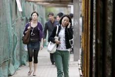 <p>La Chine a dévoilé deux transactions géantes dans le cadre de la refonte du marché chinois de la téléphonie : l'opérateur mobile China Telecom et l'Etat chinois ont accepté de débourser 15 milliards de dollars pour acquérir le réseau CDMA détenu par l'opérateur fixe Unicom, tandis que celui-ci va débourser 24 milliards de dollars pour reprendre son homologue Netcom. /Photo d'archives/REUTERS/Nir Elias</p>