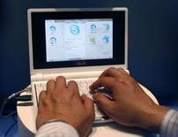 <p>Selon le fabricant taïwanais Asustek, les ventes de l'Eee, son mini-PC portable à bas prix, devraient doubler en 2009 à près de 10 millions d'unités sous l'effet d'une forte demande en Europe, en Inde et dans la zone Asie-Pacifique. /Photo prise le 5 juin 2007/REUTERS/Nir Elias</p>
