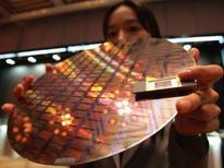 <p>Selon la Semiconductor Industry Association, les ventes mondiales de semi-conducteurs ont progressé de 5,9% en avril, en glissement annuel, grâce à une forte demande de PC, de téléphones mobiles et de produits recourant aux mémoires de types flash. /Photo d'archives/REUTERS/Lee Jae-Won</p>