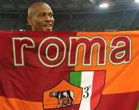 <p>Maurice Greene mostra la bandiera del club calcistico della AS Roma, il 29 giugno 2001. REUTERS/Str Old</p>