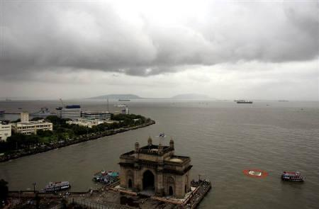 An ariel view of the Mumbai seafront, August 1, 2007. Mumbai plans to erect a statue of Chhatrapati Shivaji off the city's shore in the Arabian Sea that will be taller than the Statue of Liberty, government officials said on Tuesday. REUTERS/Punit Paranjpe/Files