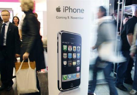 6月4日、ソフトバンクは、米アップルの携帯電話「iPhone(アイフォーン)」を年内に日本で発売すると発表した。写真は昨年11月、ケルンで撮影(2008年 ロイター/Ina Fassbender)