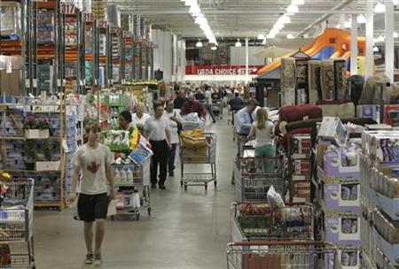 Shoppers maneuver their way through the aisle at Costco Warehouse in Arlington, Virginia, May 29, 2008. REUTERS/Molly Riley