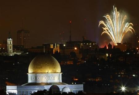 Fireworks explode over Jerusalem's Old City and the Dome of the Rock May 7, 2008 during celebrations for Israel's Independence Day marking the 60th anniversary of the creation of the state. REUTERS/Yannis Behrakis