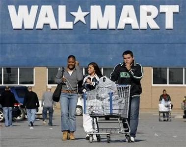 Shoppers leave a Wal-Mart store in Niles, Illinois November 24, 2006. REUTERS/John Gress