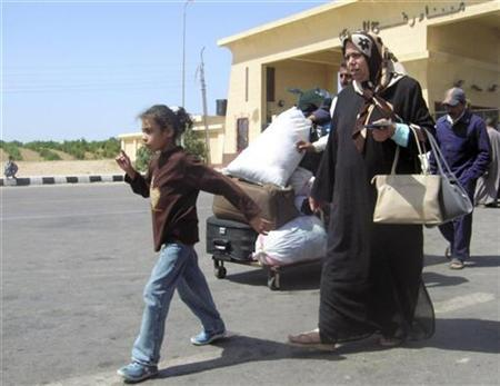 Palestinians cross into Egypt through the Rafah border crossing in the southern Gaza Strip May 11, 2008. REUTERS/Stringer