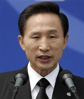 South Korean President Lee Myung-bak speaks during a ceremony to mark Korean Memorial Day, for those killed in the 1950-53 Korean War, at the National Cemetery in Seoul June 6, 2008. REUTERS/Lee Jin-man/Pool