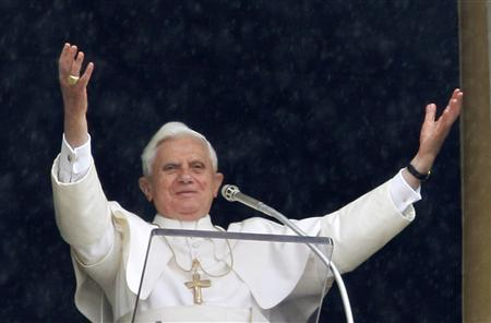 Pope Benedict XVI waves to faithful during the Angelus prayer in St Peter's square at the Vatican June 8, 2008. REUTERS/Alessandro Bianchi