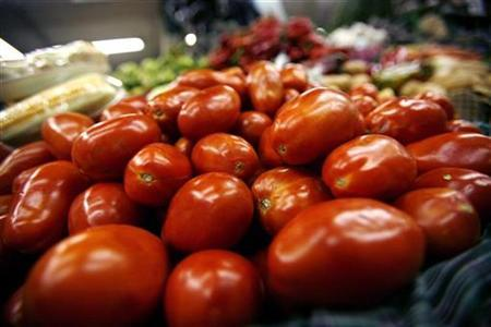 Tomatoes are seen in the central market of Guatemala City, Guatemala, July 18, 2007. McDonald's Corp <MCD.N> said on Monday it has temporarily stopped serving sliced tomatoes on its sandwiches in the United States as health officials work to pinpoint the source of a salmonella outbreak. REUTERS/Daniel LeClair