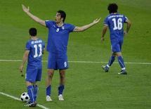 <p>Нападающий сборной Италии Лука Тони (в центре) реагирует на мяч, пропущенный его командой от сборной Нидерландов в Берне 9 июня 2008 года. (REUTERS/Pascal Lauener)</p>
