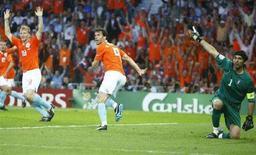 <p>Нападающий сборной Нидерландов Руд ван Нистелрой (в центре) смотрит на реакцию бокового судьи на забитый им гол в ворота сборной Италии 9 июня 2008 года. Первый матч, отправленный сборной Нидерландов в ворота итальянской команды, был забит по правилам, сообщила УЕФА. (REUTERS/Tony Gentile)</p>