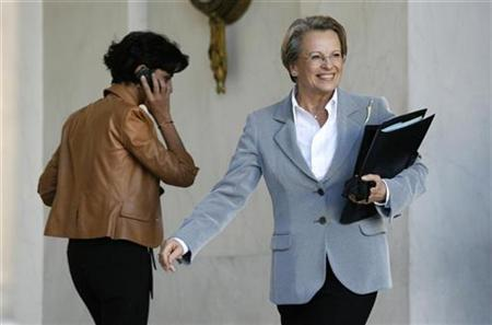 French Interior Minister Michele Alliot-Marie (R) and Justice Minister Rachida Dati leave the weekly cabinet meeting at the Elysee Palace in Paris, November 21, 2007. REUTERS/Charles Platiau