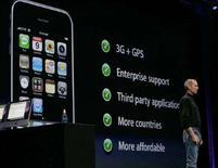 <p>L'ad di Apple Steve Jobs durante la conferenza stampa per la presentazione di iPhone. REUTERS/Kimberly White (UNITED STATES)</p>