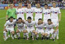 <p>Сборная России перед матчем Евро-2008 с командой Испании 10 июня 2008 года. (REUTERS/Alexander Demianchuk)</p>