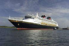 <p>Пассажирский лайнер Disney Magic в Панамском канале 16 мая 2008 года. Американское судно заплатило рекордную сумму в $331.200, чтобы пройти через Панамский канал, сообщило руководство водного пути во вторник. (REUTERS/Panama Canal Authority/Handout)</p>