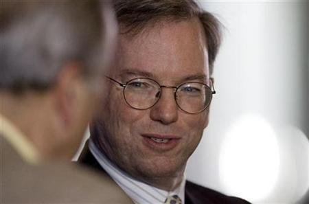 Eric Schmidt (R), Chairman and CEO of Google Inc., is interviewed by Ken Auletta, veteran media writer of the New Yorker magazine, at an event held by Syracuse University in San Francisco, California, June 11, 2008. REUTERS/Kimberly White