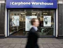 <p>Carphone Warehouse, première chaîne indépendante de distribution de téléphones portables en Europe, fait état d'un bénéfice imposable annuel de 216 millions de livres sterling, en ligne avec les estimations des analystes mais prévient qu'il envisage l'année à venir avec prudence. /Photo d'archives/REUTERS/Paul Hackett</p>