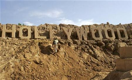 A sculptor works at a sand park exhibition in Pera, southern Portugal May 4, 2008. REUTERS/Hugo Correia