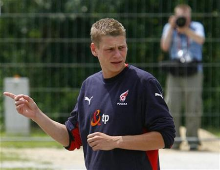 Poland's Lukasz Piszczek gestures as he arrives for practice sesssion at Bad Waltersdorf, June 6, 2008. REUTERS/Kacper Pempel
