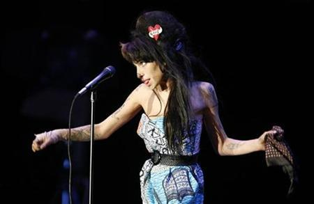 Singer Amy Winehouse performs during the ''Rock in Rio'' music festival in Lisbon May 30, 2008. Winehouse is due to play on Thursday at the gala opening of an art gallery run by Daria Zhukova, the girlfriend of Russian billionaire Roman Abramovich, organisers said. REUTERS/Nacho Doce