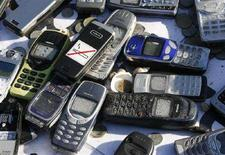 <p>Подержанные мобильные телефоны Nokia перед заводом компании в Бохуме, 12 февраля 2008 года. РФ обнулит ввозные пошлины на мобильные телефоны, коммуникаторы и смартфоны, что может в течение двух месяцев повлечь за собой снижение розничных цен на эти товары и положительно сказаться на российской инфляции, которая продолжает ускоряться и с начала года достигла 8,1 процента. (REUTERS/Ina Fassbender)</p>