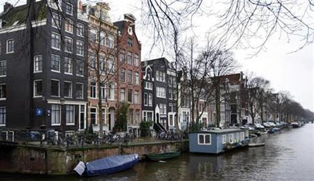 A view of the Herengracht in Amsterdam, the grandest of four waterways lin this file photo from January 23, 2008. Dutch statisticians have established that Friday 13th, a date regarded in many countries as inauspicious, is actually safer than an average Friday.REUTERS/Toussaint Kluiters (NETHERLANDS)