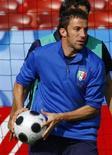 <p>Alessandro Del Piero durante gli allenamenti della nazionale italiana di calcio oggi al Letzigrund Stadium di Zurigo. REUTERS/Tony Gentile</p>