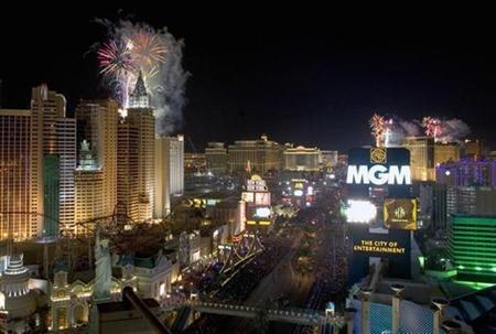 Fireworks explode over Las Vegas Strip casinos just after midnight in Las Vegas, Nevada January 1, 2007. REUTERS/Steve Marcus