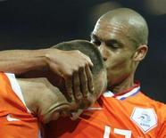 <p>Il giocatore olandese Nigel De Jong (destra) bacia Arjen Robben dopo il terzo gol. REUTERS/Michael Kooren</p>
