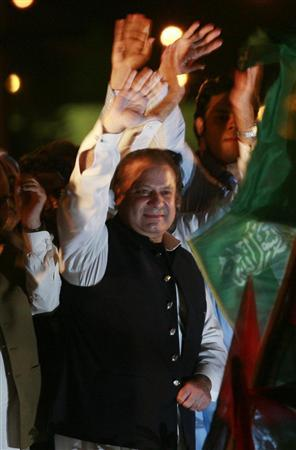 Former Pakistan prime minister Nawaz Sharif waves as he arrives to address lawyers and his supporters during a cross-country rally by lawyers and political activists in Islamabad June 14, 2008. Several thousand protesters gathered outside Pakistan's parliament on Friday for the climax of a cross-country rally by lawyers and activists demanding the reinstatement of judges fired by President Pervez Musharraf. REUTERS/Faisal Mahmood