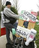 <p>Un manifestante contro la Parmalat REUTERS/Daniele La Monaca</p>