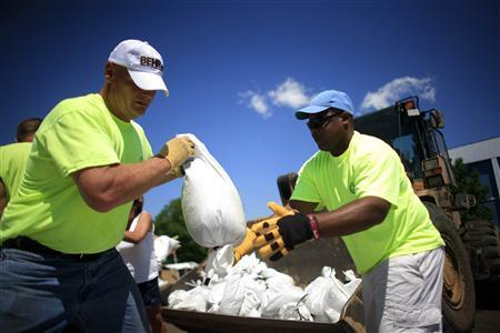 Volunteers fill sandbags in Quincy, Illinois June 17, 2008. REUTERS/Eric Thayer