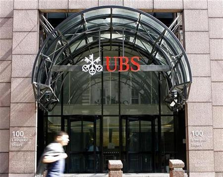 A pedestrian walks past UBS offices, in central London on June 9 2008. Shares in Switzerland's UBS wobbled on Monday as the bank's rights issue stuttered towards the finishing line. REUTERS/Rob Bodman