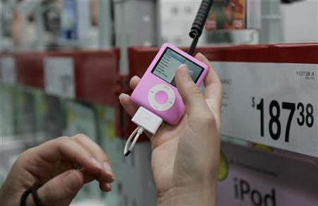 A customer looks at an ipod nano at a Sam's Club in Fayetteville, Arkansas June 5, 2008. REUTERS/Jessica Rinaldi
