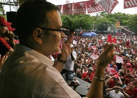 El Salvador's presidency candidate Mauricio Funes from the Farabundo Marti for National Liberation party (FMLN) gestures during a rally in Acajutla June 7, 2008. REUTERS/Luis Galdamez