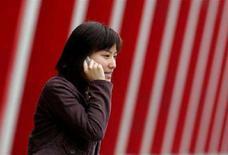 <p>Una donna al telefono. REUTERS</p>