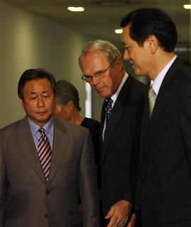 U.S. Assistant Secretary of State Christopher Hill (C) and his counterparts South Korea's Kim Sook (L) and Japan's Akitaka Saiki arrive to talk to reporters after their meeting on North Korea's nuclear weapons plans in Tokyo June 19, 2008. REUTERS/Kim Kyung-Hoon