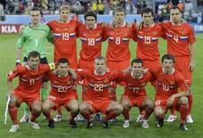 <p>Сборная России перед матчем с командой Швеции в заключительном матче группы D на Евро-2008 в Инсбруке 18 июня 2008 года. Сборная команда России в субботу встретится с национальной командой Нидерландов в матче 1/4 финала чемпионата Европы-2008. (REUTERS/Alexander Demianchuk)</p>