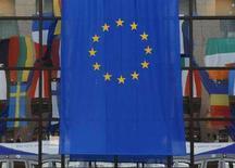 <p>Флаг ЕС на окне здания Европейского Совета в Брюсселе 18 июня 2008 года. Лидеры стран ЕС могут договорится о том, чтобы в октябре вернуться к проблеме отказа Ирландии ратифицировать Лиссабонский договор, говорится в проекте итогового документа саммита ЕС, предоставленного Рейтер. (REUTERS/Yves Herman)</p>
