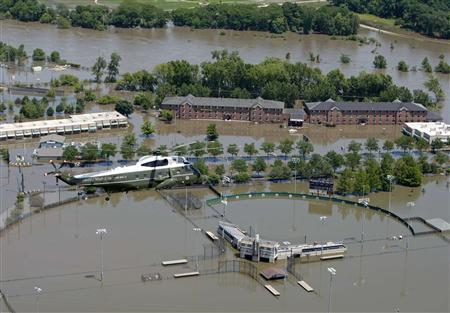Marine One carries President George W. Bush on an aerial tour of the flood damage near Iowa City, Iowa, June 19, 2008. REUTERS/Jim Young