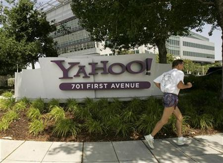 A man runs past the headquarters of Yahoo Inc. in Sunnyvale, California May 5, 2008. REUTERS/Robert Galbraith