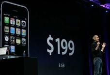 <p>Le patron d'Apple Steve Jobs présente l'iPhone 3G. Si Samsung et LG ont connu un début d'année 2008 flamboyant, le lancement du nouveau téléphone d'Apple devrait mordre sur les ventes et bénéfices des deux sud-coréens d'ici à la fin de l'année, estiment les analystes. /Photo prise le 9 juin 2008/REUTERS/Kimberly White</p>