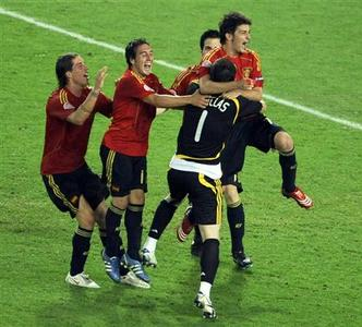 Spain's goalkeeper Iker Casillas (1) celebrates with team mates after their Euro 2008 quarter-final match penalty shoot-out victory over Italy at Ernst Happel stadium in Vienna, June 22, 2008. REUTERS/Christian Charisius