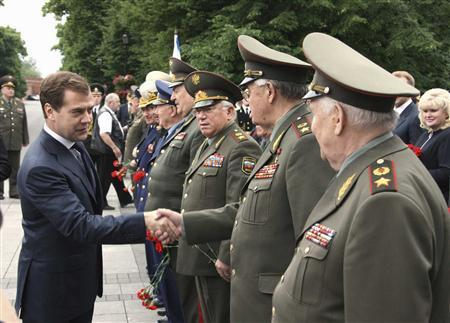 Russian President Dmitry Medvedev (L) greets officers during a wreath laying ceremony marking Nazi Germany's 1941 invasion of the Soviet Union at the Tomb of the Unknown Soldier at the Kremlin wall in Moscow June 22, 2008. REUTERS/RIA Novosti/Pool