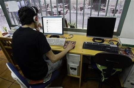 A man browses web at an Internet cafe in Madrid, May 23, 2008. REUTERS/Andrea Comas