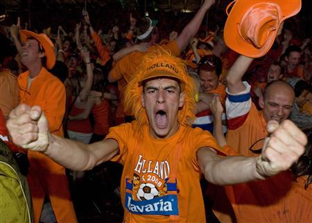 Dutch fans react during the Euro 2008 soccer match between the Netherlands and Russia at a fan zone in Basel, June 21, 2008. REUTERS/Vasily Fedosenko