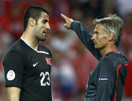 6月23日、トルコ代表GKボルカン・デミレル(左)に対する2試合の出場停止処分が決定した。写真は15日の試合で退場処分を受ける同選手(2008年 ロイター/Jerry Lampen)