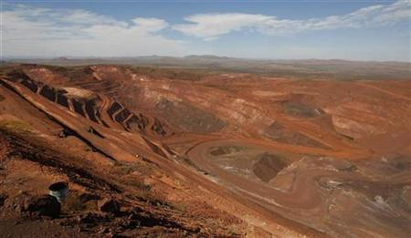 Picture shows the main pit at a Rio Tinto iron ore mine at Tom Price, about 1,300 km (800 miles) north of Perth May 28, 2008. REUTERS/Tim Wimborne